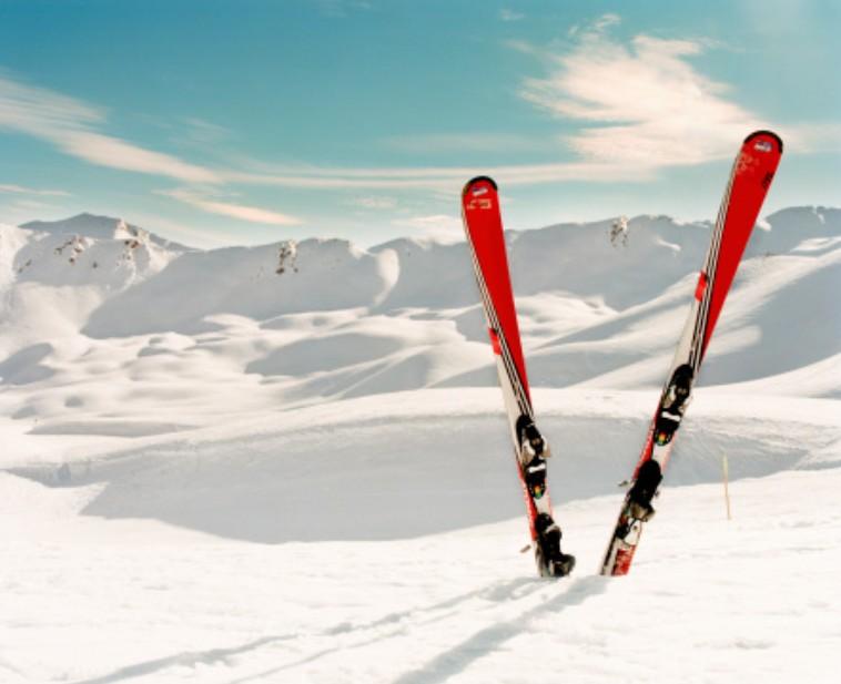 paire de skis dans la neige