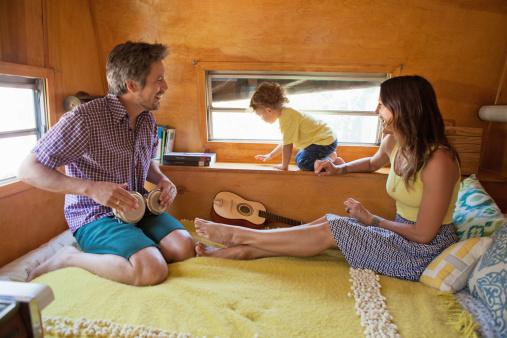 famille dans mobil-home