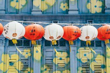 Une guirlande de lanternes chinoises rouges et blanches