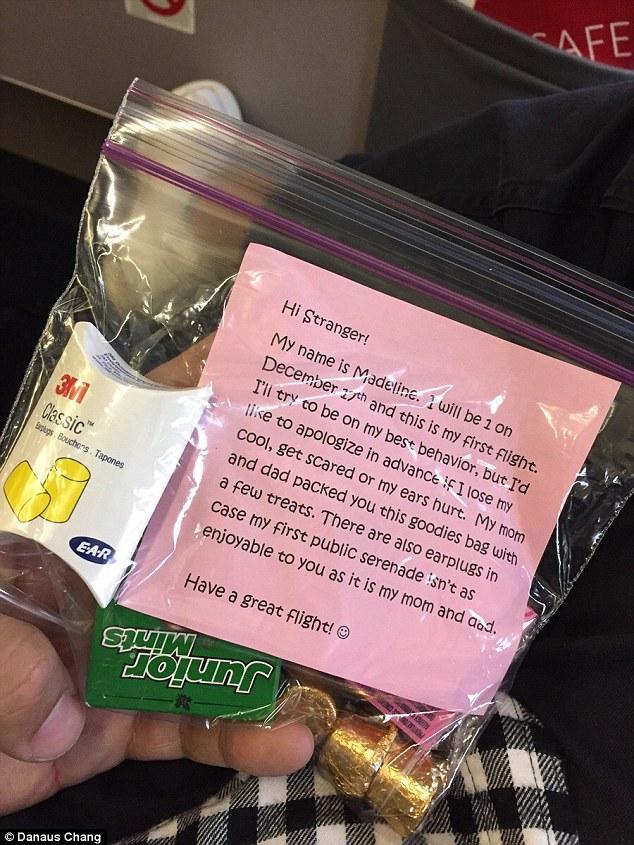 Un sac avec bonbons et bouchons pour un voyage en avion