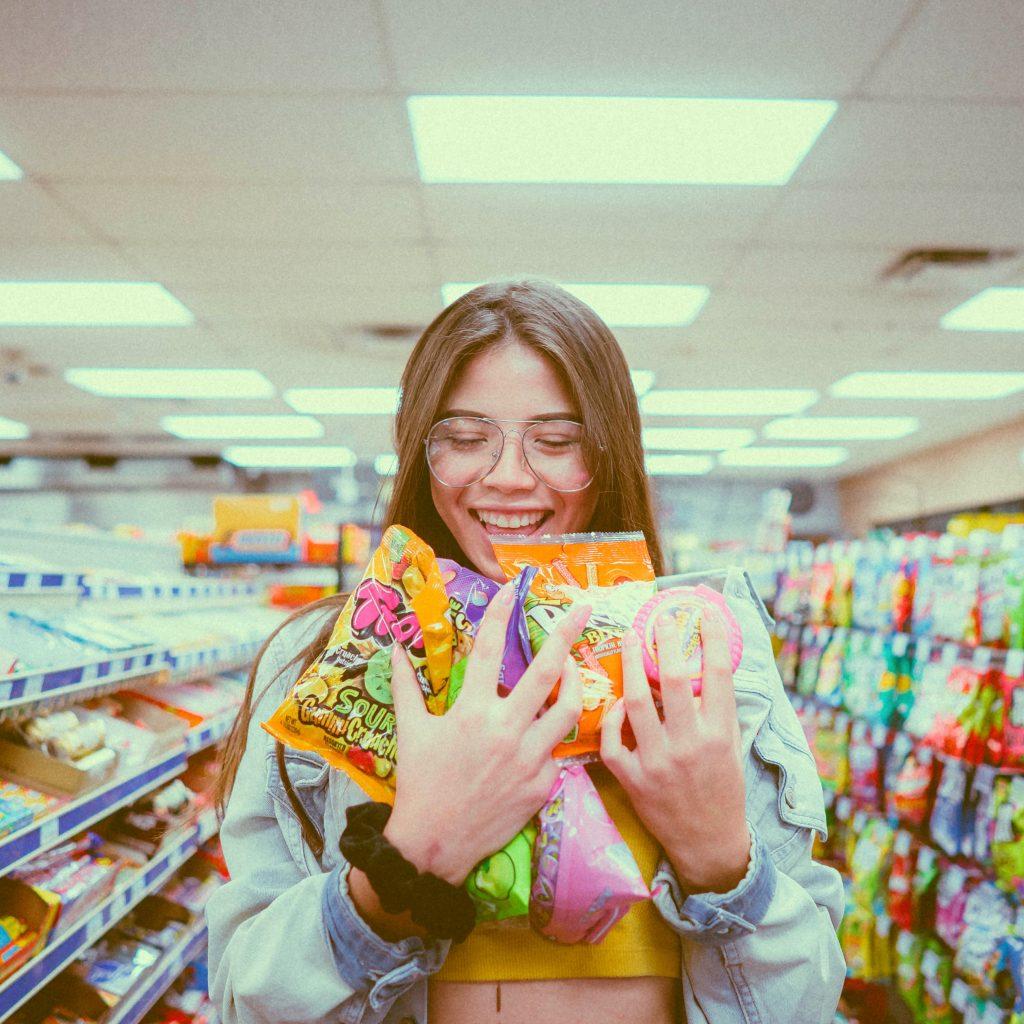 Une jeune femme portant des bonbons dans un supermarché