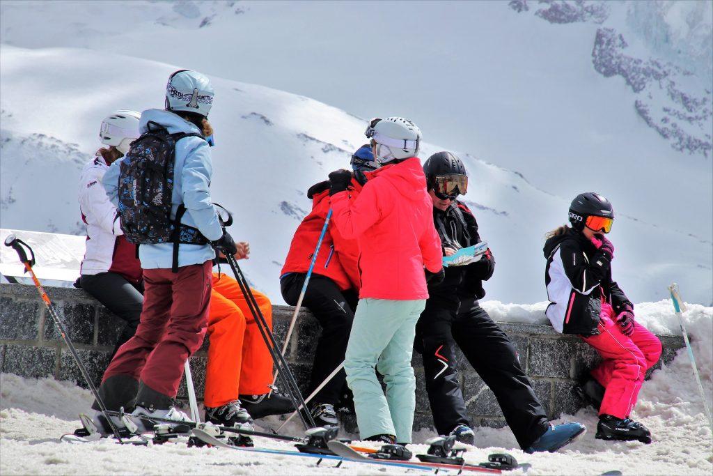 Une famille en tenue de ski au milieu de la neige