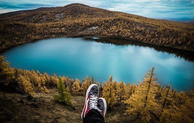 lac au milieu d'une forêt